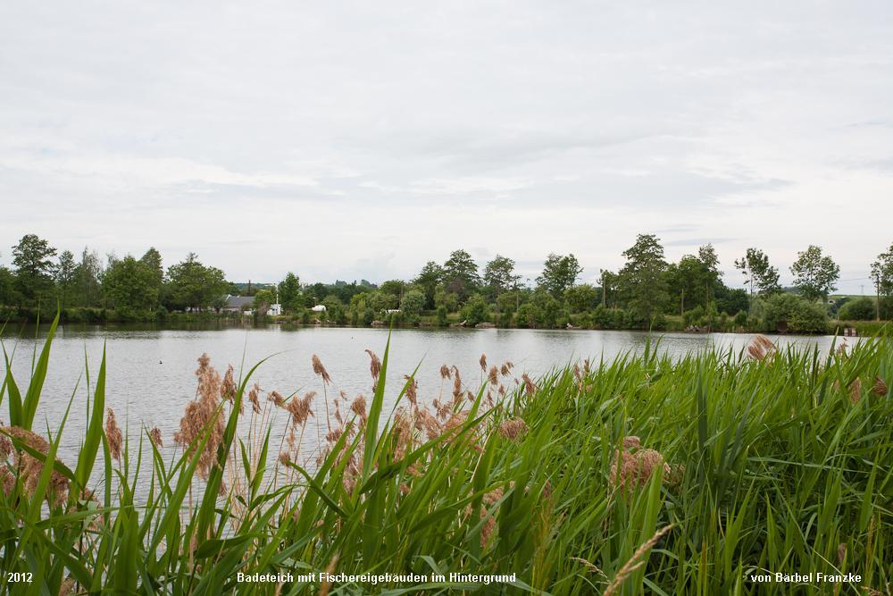 Badeteich-mit-Fischereigebäuden-im-Hintergrund-2
