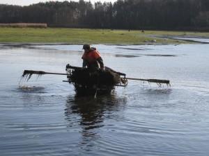 Fischernetz wird ausgelegt zum Abfischen in Reinharz