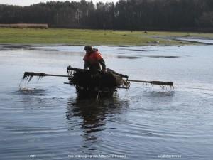 ein Fischernetz wird ausgelegt zum Abfischen in Reinharz